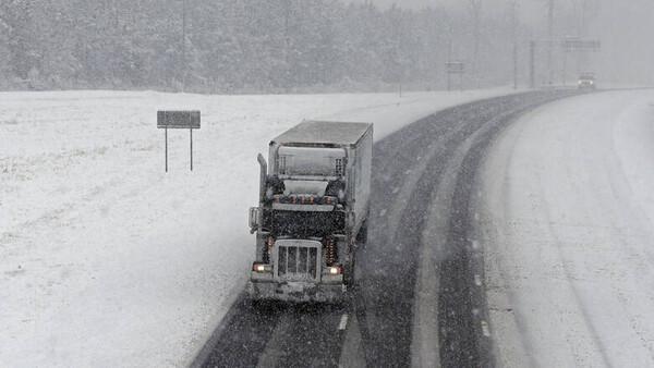 Κακοκαιρία «Ηφαιστίων»: Αλλαγές στην κυκλοφορία των φορτηγών λόγω χιονιά