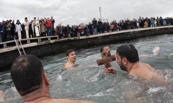 O προπονητής του Απόλλωνα, Γιάννης Κατρουζανάκης, έπιασε τον Τίμιο Σταυρό στην Προκυμαία της Σμύρνης