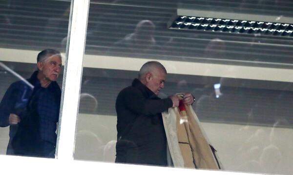 ΑΕΚ-Ολυμπιακός: Το παλτό του Μελισσανίδη και το μπλοκάκι του Φαν'τ Σιπ (photos)