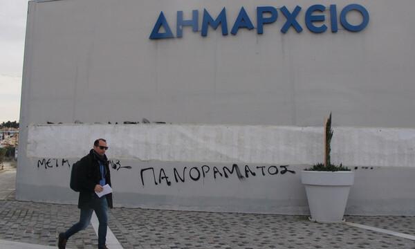 Επίθεση στον φύλακα του δημαρχείου Πυλαίας-Χορτιάτη – Συνθήματα κατά της ΕΕΑ (photos)