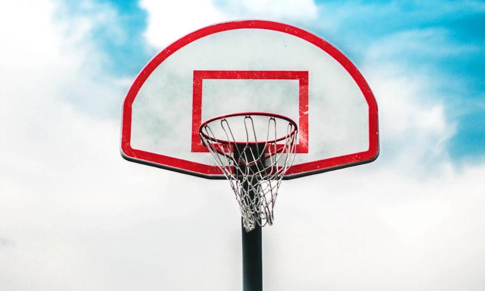 Παίζω μπάλα, βάζω πόντους, φτιάχνω γήπεδο: Έτσι θα ανακαινίσεις το μπασκετάκι της γειτονιάς σου