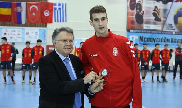 Ο Σοφοκλής Ξυνής βράβευσε τον MVP δεξιό ίντερ της 17ης Μεσογειάδας Handball, Αλεξάντερ Τσένιτς