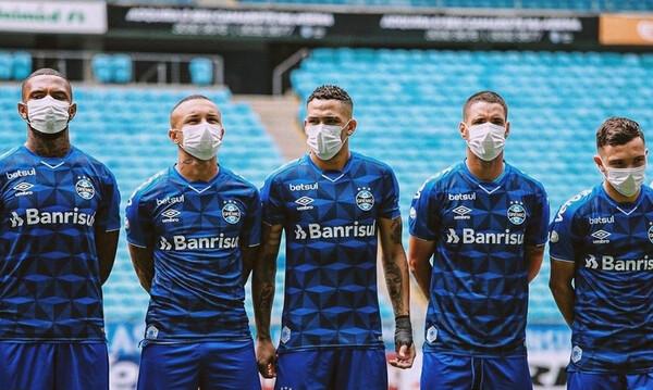 Με μάσκες οι παίκτες της Γκρέμιο, διαμαρτυρόμενοι για τη συνέχιση του πρωταθλήματος (video)