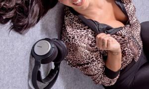 «Καυτή» Ελληνίδα ραδιοφωνική παραγωγός δουλεύει από το σπίτι και το απολαμβάνει (photos)