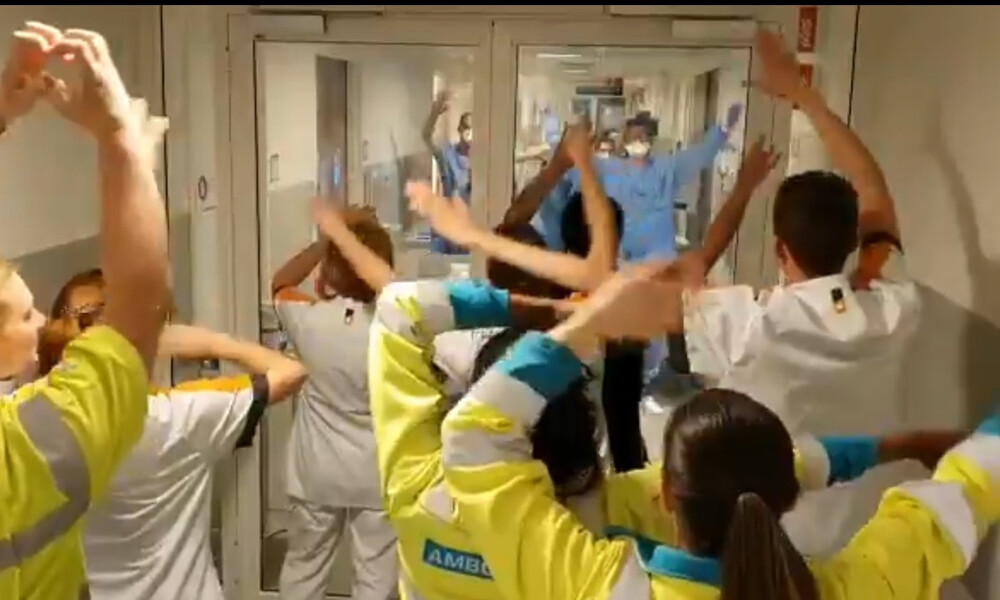 Συγκινητικό! Νοσηλευτές αφιερώνουν τραγούδι στους γιατρούς που δίνουν «μάχη» με τον κορονοϊό (video)