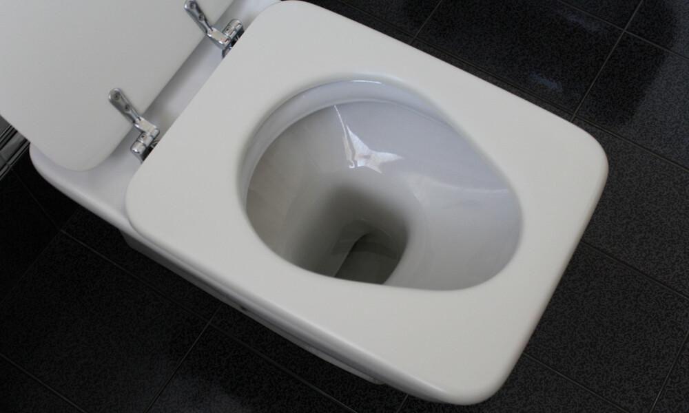 Τραγικό: «Influencer» έγλειψε την τουαλέτα και τώρα νοσηλεύεται με κορονοϊό (videos)