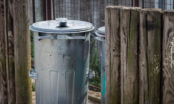 Αυτό είναι το κόλπο για να μην μυρίζουν τα σκουπίδια σπίτι σας (video)
