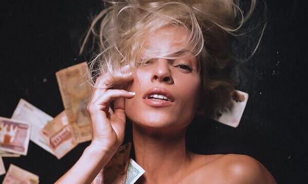 Η ολόγυμνη φωτογραφία της Ασημίνας Ιγγλέζου από το 1999 που γκρεμίζει το διαδίκτυο!