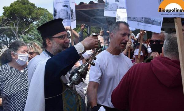 Ηλιούπολη: Ένταση και επεισόδια έξω από εκκλησία - Πιστοί ήρθαν στα χέρια με διαδηλωτές (pics&vid)
