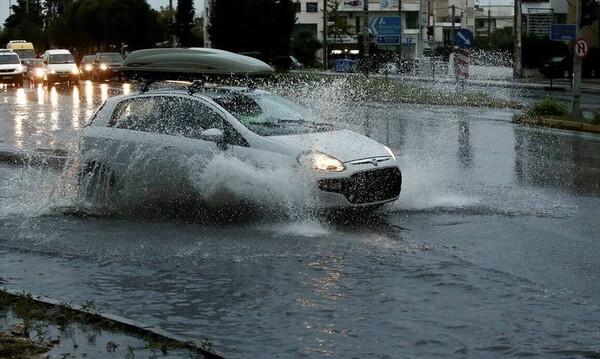 Καιρός ΤΩΡΑ: Σφοδρή καταιγίδα «χτυπά» τον Πειραιά - Ποτάμια οι δρόμοι