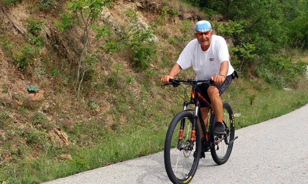 75χρονος διανύει πάνω από 100 χιλιόμετρα τη μέρα με το ποδήλατό του (photos)