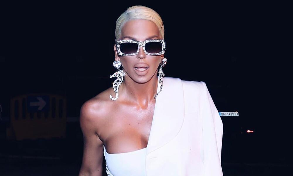 Πανικός! Το στήθος της Καρλέουσα... ξεχείλισε από τη λευκή φόρμα! (video+photos)