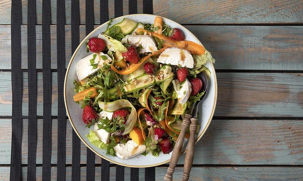 Άκης Πετρετζίκης: Καλοκαιρινή σαλάτα με φρούτα και κατσικίσιο τυρί