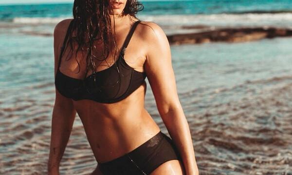 Ελληνίδα 40άρα αναστάτωσε την παραλία με το μπικίνι της (photos)