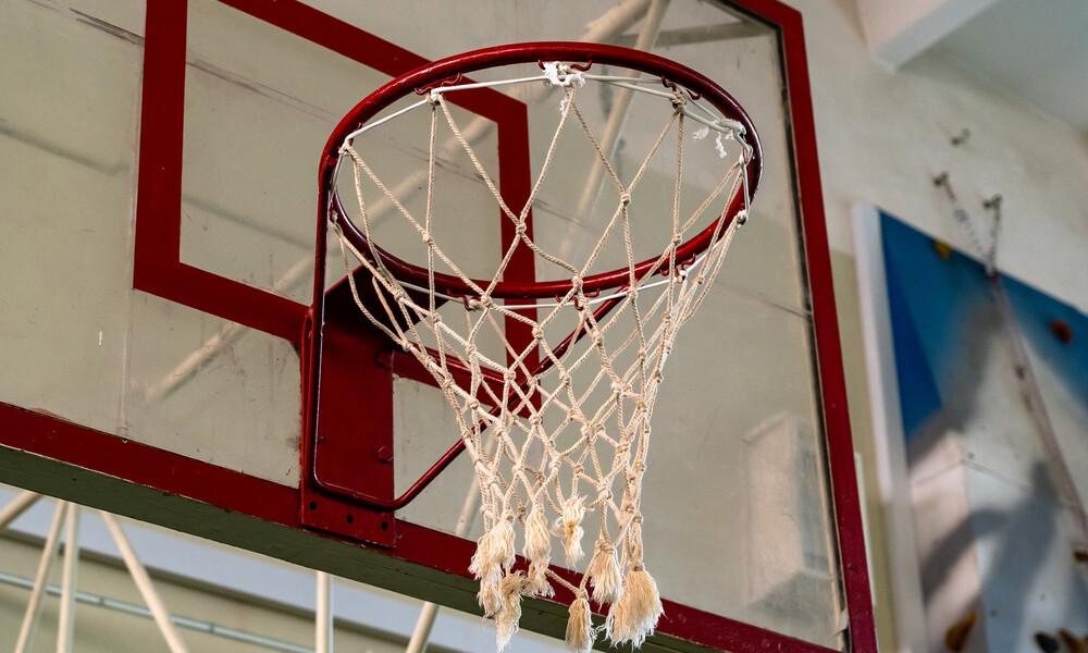 Σοκ σε γήπεδο μπάσκετ - Κρεμάστηκε άνδρας στην μπασκέτα