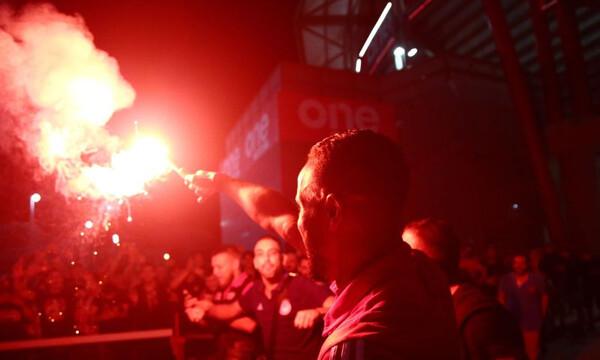 Ολυμπιακός – ΠΑΟΚ: Πάρτι έξω από το γήπεδο, με καπνογόνα οι παίκτες! (photos)