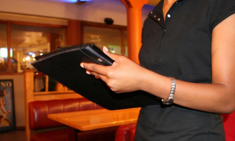 Από σερβιτόρα με 440 ευρώ μισθό, βγάζει 1.100 τη μέρα! Δείτε πώς (pics)