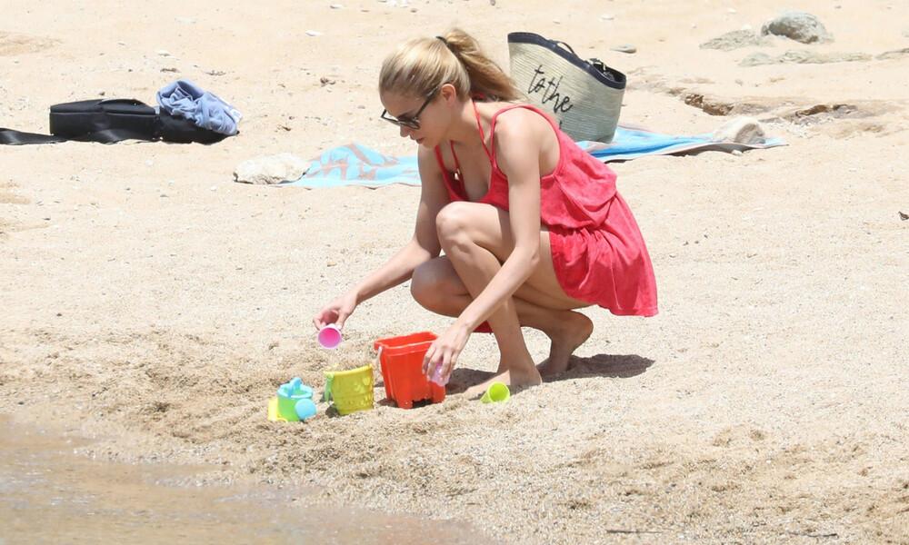 Δούκισσα Νομικού: Με τα… κουβαδάκια της σε παραλία της Μυκόνου! (photos)