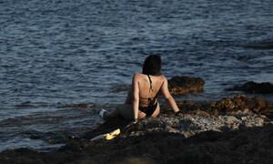 Σέξι μελαχρινή «έκαψε» την Ανατολική Αττική με το μαγιό της (photos)
