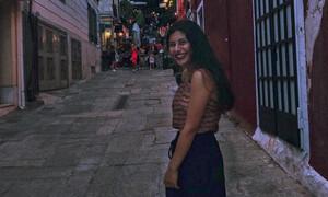 Kόρη Έλληνα ηθοποιού είναι πλέον μουσικός του δρόμου και έχει υπέροχη φωνή