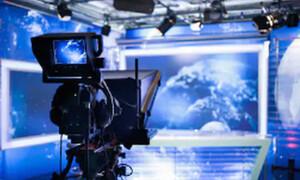 Παρουσιάστρια ειδήσεων λέει το δελτίο και της…  φεύγει το δόντι (pics)