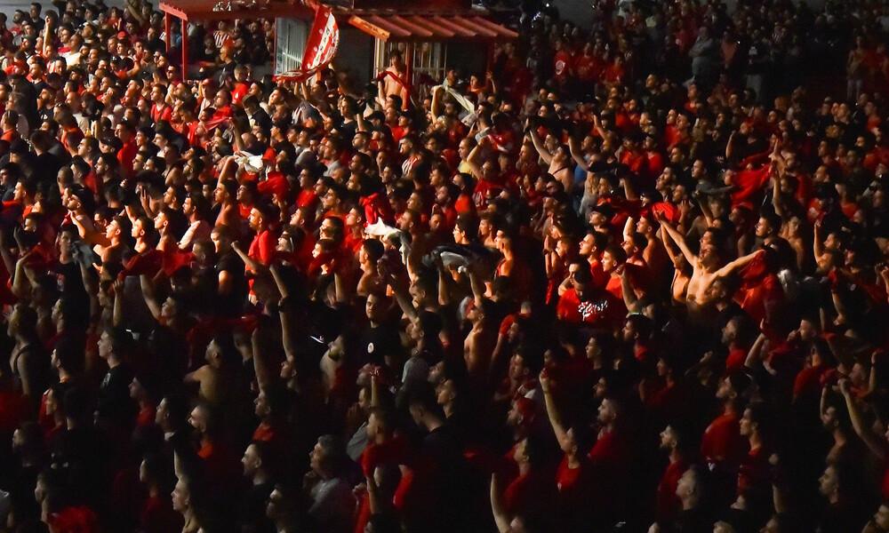 Ολυμπιακός – ΑΕΚ: Φωτοβολίδα χτύπησε οπαδό των «ερυθρόλευκων»