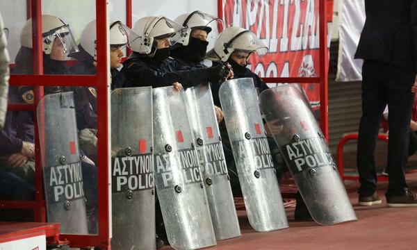 Ολυμπιακός-ΑΕΚ: Τραυματίστηκε αστυνομικός στο Φάληρο