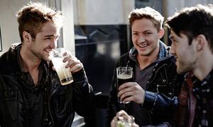 Διεθνής ημέρα μπίρας σήμερα και είσαι πιο υγιής όταν πίνεις με τους κολλητούς