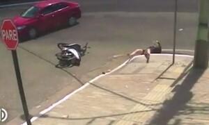 Απίστευτο ατύχημα: Οδηγός μηχανής μετά από τροχαίο πέφτει σε υπόνομο