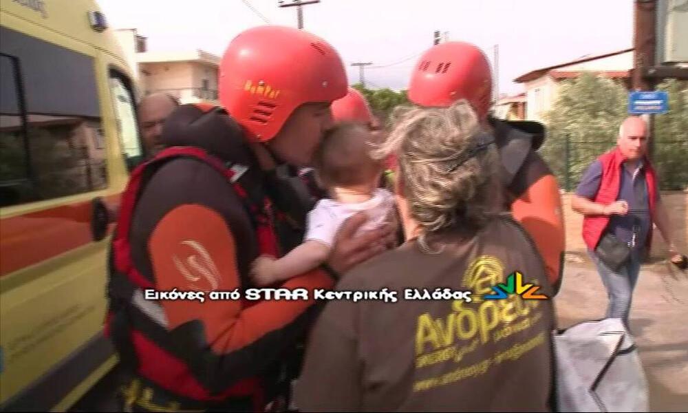 Πλημμύρες Εύβοια: Ο ήρωας πυροσβέστης που συγκίνησε, παίζει μπάλα στο τοπικό (photos+video)