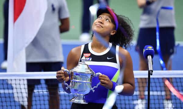 Με φανέλα Κόμπε Μπράιαντ η Ναόμι Οσάκα στην απονομή του US Open: «Μου έδινε δύναμη»! (video)