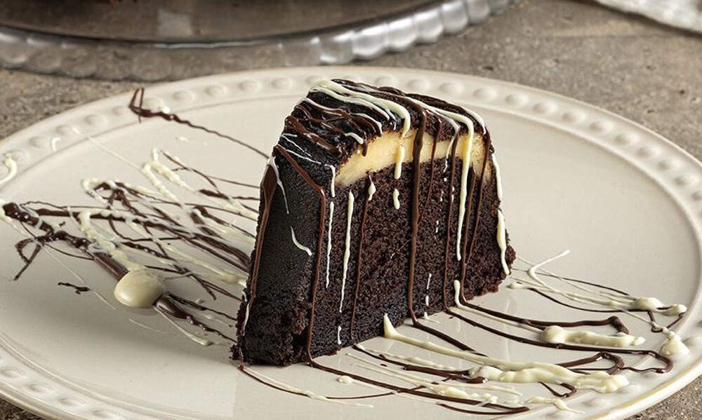 Άκης Πετρετζίκης: Κέικ με γέμιση cheesecake
