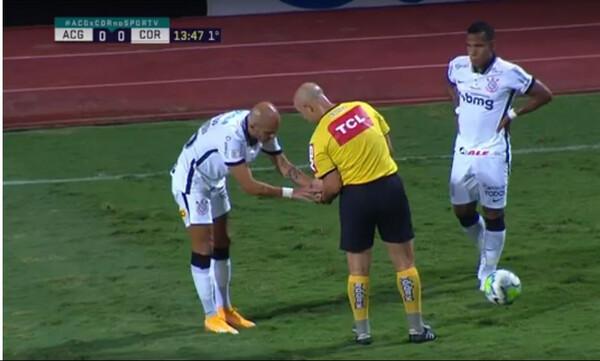 Διαιτητής μάζεψε δόντια παίκτη από το... χορτάρι! (photos+video)