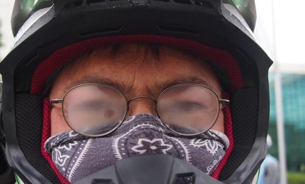 Αυτό είναι το κόλπο για να μην θολώνουν τα γυαλιά σας με τις μάσκες (photos+video)