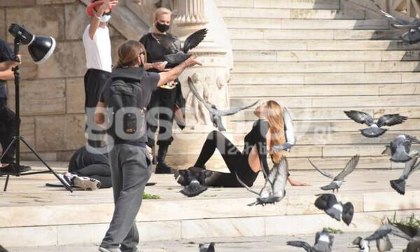 «Σεισμός» στην Αθήνα από το αγγελάκι της Victoria's Secret με τις πόζες στα Προπύλαια!