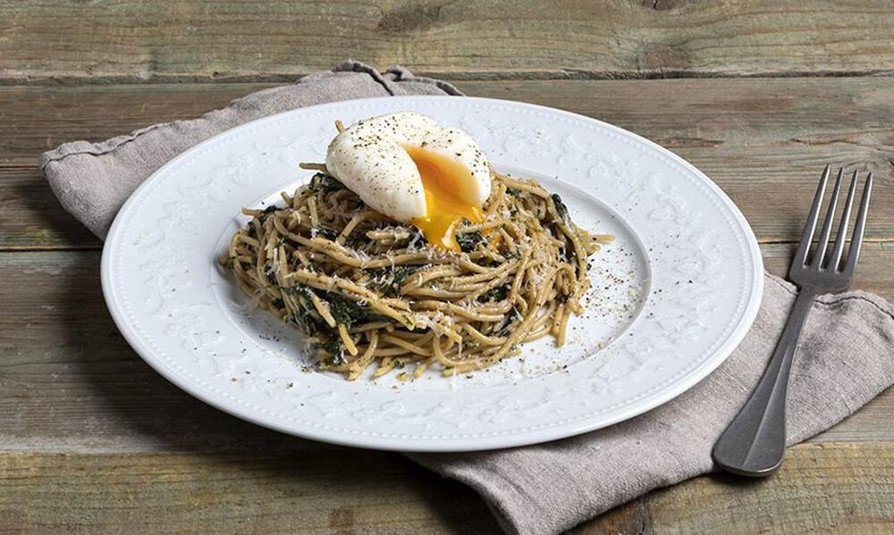 Άκης Πετρετζίκης: Healthy αβγά φλωρεντίν με σπαγγέτι (high protein)