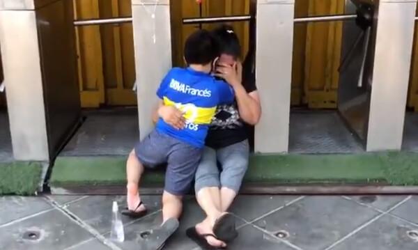 Ντιέγκο Μαραντόνα: Θρήνος στην Αργεντινή, συρρέει κόσμος κλαίγοντας στο γήπεδο της Μπόκα (pics+vid)