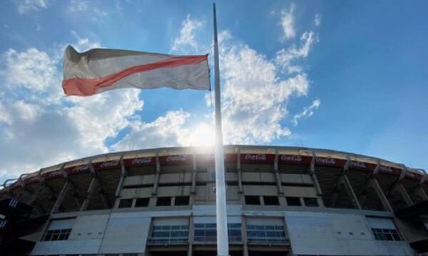 Ντιέγκο Μαραντόνα: Μεσίστια η σημαία της… μισητής Ρίβερ Πλέιτ (photos)