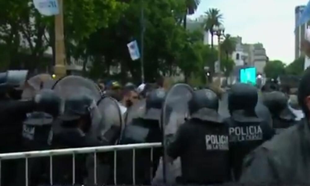 Ντιέγκο Μαραντόνα: Ένταση και επεισόδια στο λαϊκό προσκύνημα (photos+video)