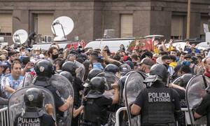 Κηδεία Μαραντόνα: Ξεφεύγει η κατάσταση με πλαστικές σφαίρες και οδομαχίες! (video)