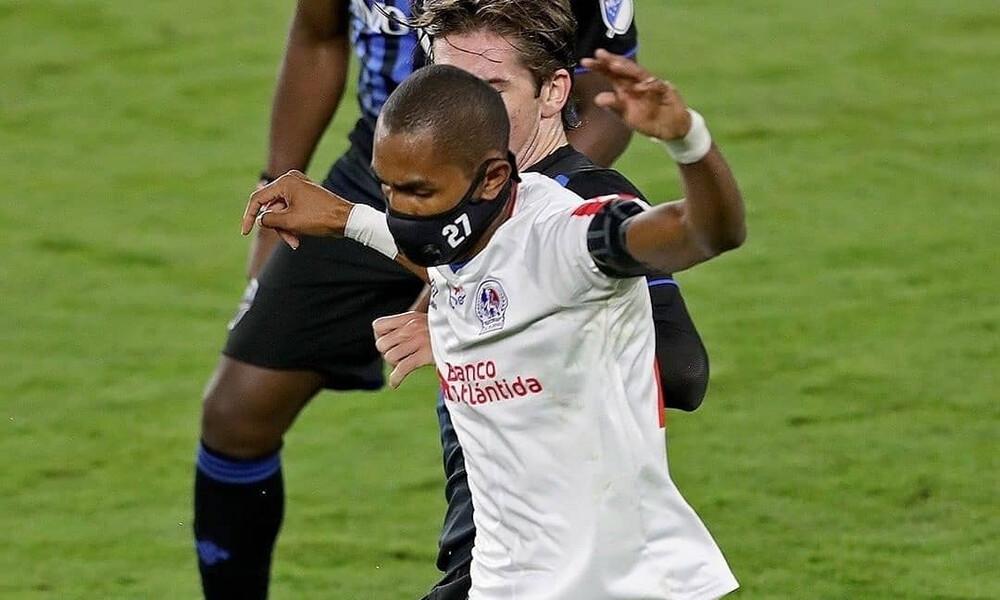 Ποδοσφαιριστής σέβεται απόλυτα τα μέτρα για κορονοϊό - Αγωνίζεται με μάσκα εδώ και μήνες (photos)