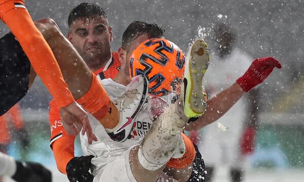 Τρομερή έμπνευση! Ομάδα έπαιξε με άσπρη εμφάνιση σε… χιονισμένο γήπεδο (photos)