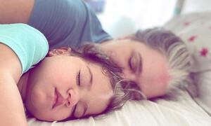 Το κοριτσάκι με το σπάνιο σύνδρομο - Γεννήθηκε με μια τούφα λευκά μαλλιά (Pics)
