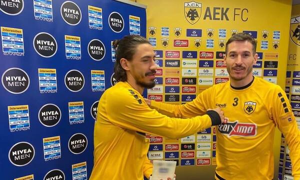 ΑΕΚ: Βραβεύτηκε ο Σιμόες για το γκολ με την ΑΕΛ (video)