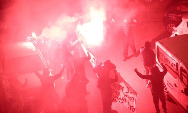ΑΕΚ: Οπαδοί στο ξενοδοχείο με καπνογόνα και... μηνύματα (photos)