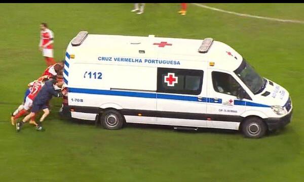 Αδιανόητο! Παίκτες έσπρωχναν το ασθενοφόρο που… κόλλησε στο γήπεδο (photos+video)