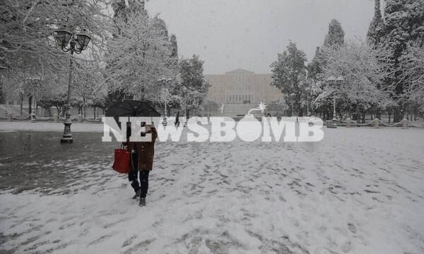 Κακοκαιρία: Λευκή «εισβολή» στην Αττική - Βγήκαν τα εκχιονιστικά στο Σύνταγμα