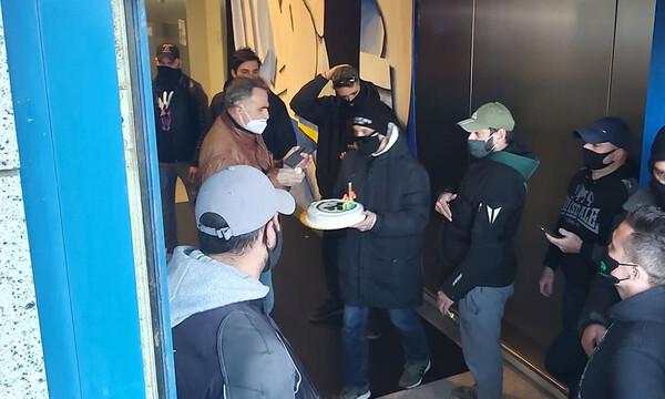 Άφιξη Χεζόνια: Με τούρτα στο αεροδρόμιο για τα γενέθλιά του (photo)