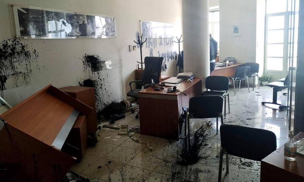 Επίθεση στο γραφείο του Αυγενάκη - Τα έκαναν... γυαλιά-καρφιά (photos)