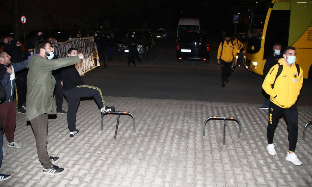 ΑΕΚ: Σήκωσαν πανό στο Βόλο - Υποδοχή με μήνυμα-φωτιά προς τη διοίκηση (photos)